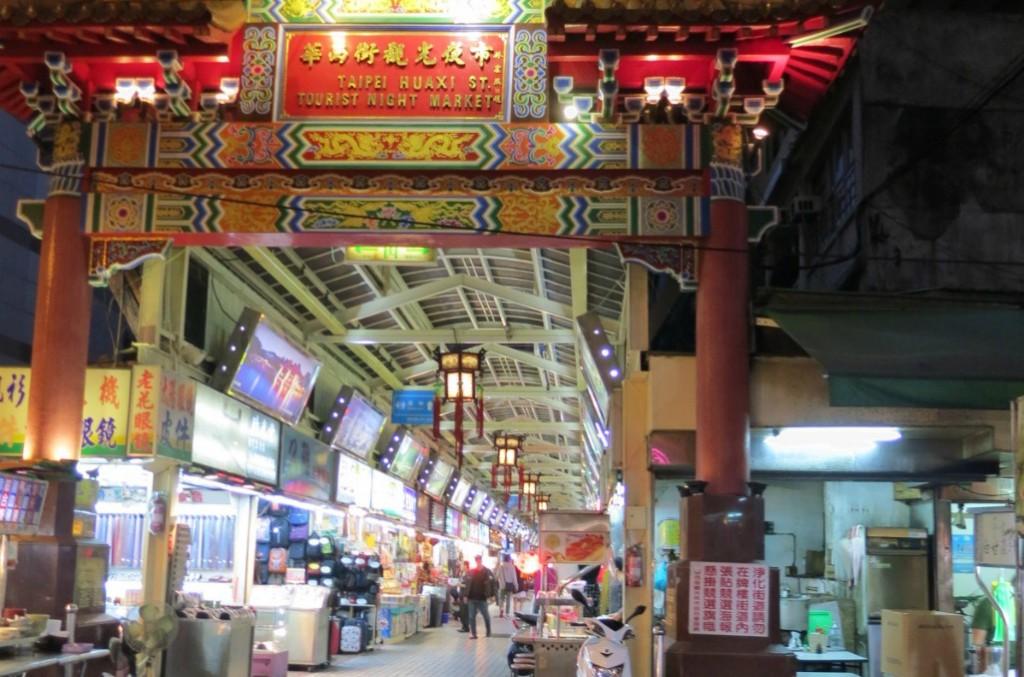 台湾の台北の風俗・夜遊びで華西街観光夜市付近の置屋?スナック