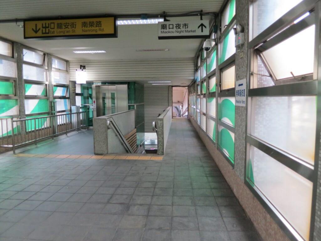 三坑駅に着いたら改札を出て、線路沿いを10分くらい歩く