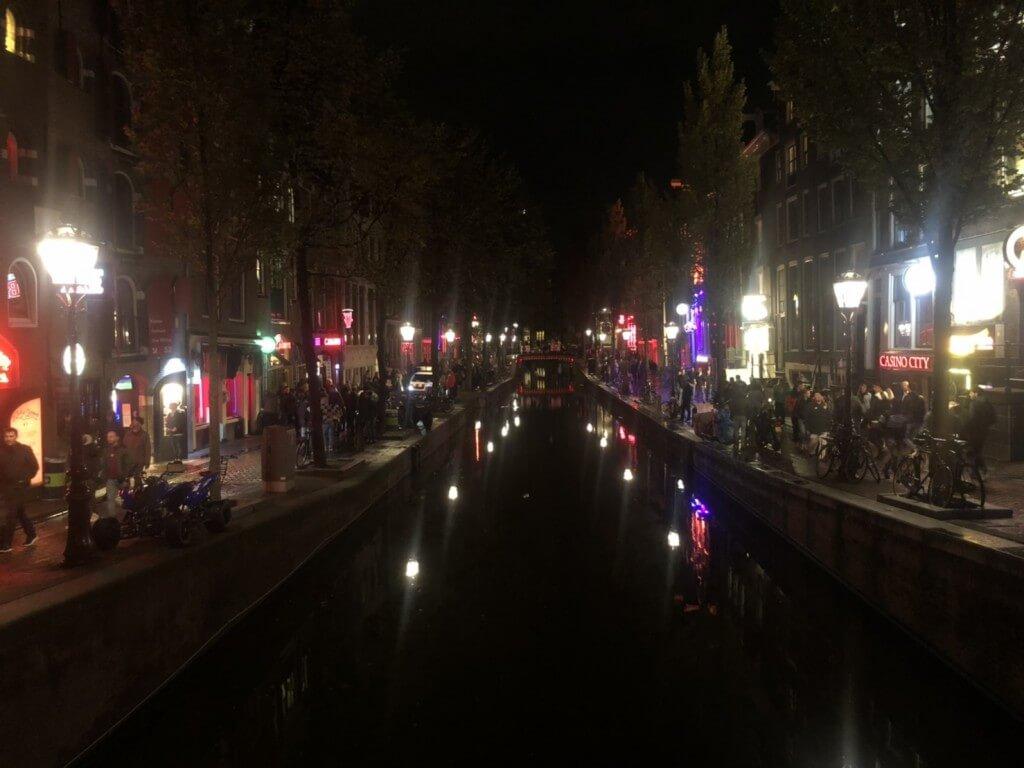 オランダの風俗でアムステルダムの飾り窓(レッドライト)は観光名所?