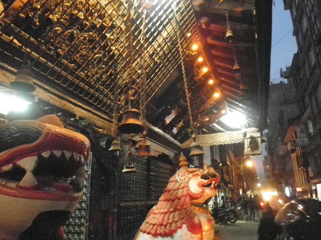 カトマンズのタメル地区にある日本食レストラン桃太郎の横のビルのマッサージ